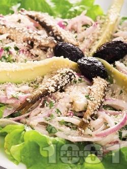 Средиземноморска салата с маруля, авокадо и шпроти - снимка на рецептата